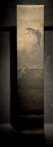 アメリカ・ボストン美術館蔵の中国・元時代の水墨画を帯に写した『跳鯉』。背鰭は100年以上前の古箔や漆箔、その他は濃淡さまざまな墨染めの糸で風合いを表現している。