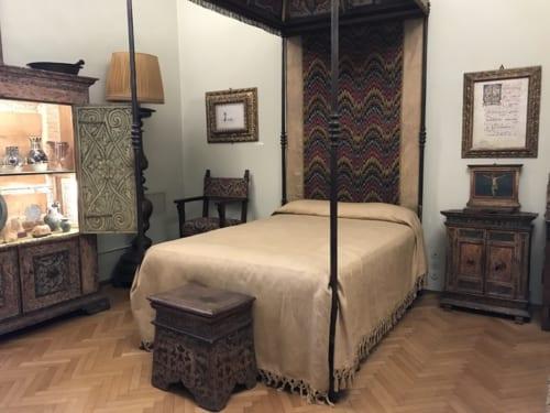 立派な天蓋付きのベッドが置かれた寝室があるが、彼がこのベッドで眠ることはほとんどなかった