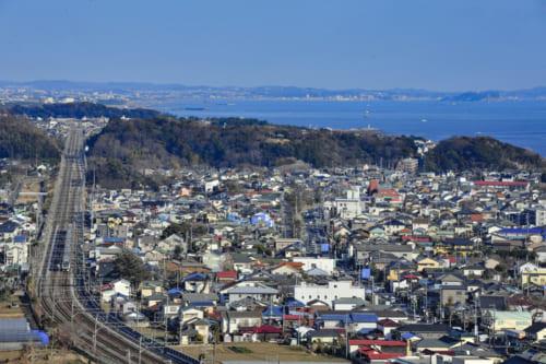 相模湾沿いを走る東海道線、遠くに江ノ島、国道は箱根駅伝のコース