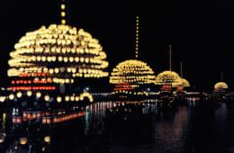 宵宮では、山型に飾られた提灯をのせた5艘のまきわら船が天王川を渡る。