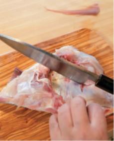 鯛の頭は出刃包丁で二つ割りし、カマを切り分け、カマには隠し包丁を入れる