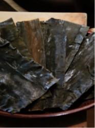 出汁には真昆布(尾札部産)を用いる。濡れ布巾などで汚れを取る
