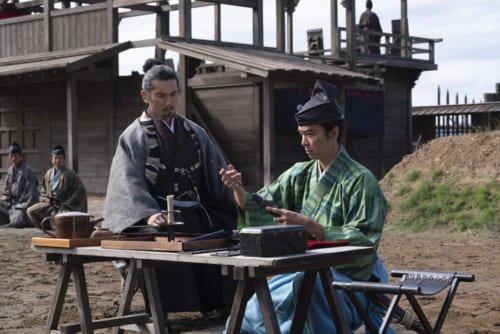 斎藤道三に鉄砲の手ほどきをする明智光秀。