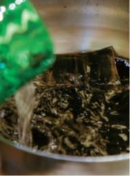 程良い大きさに切って鍋に入れ、常温の水を注いで弱火にかける