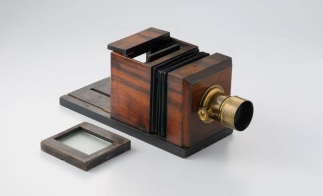 《アメリカン・ダゲレオタイプカメラ(ルイス・タイプ)》 1850年代初期 ガラス、鉄、真鍮、木  東京都写真美術館蔵