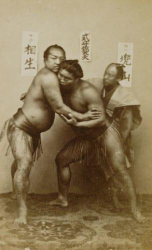 下岡蓮杖《(相撲)》 慶応3‐明治4(1868‐71)年頃 鶏卵紙 東京都写真美術館蔵