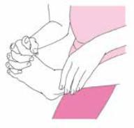 左手で左足首を持って、右手の指で左足の指をつけ根からしっかりつかむ