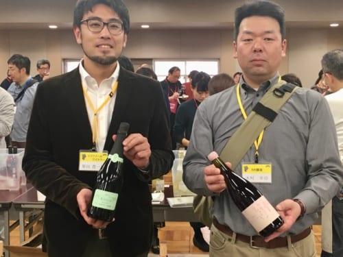ココ・ファームの醸造担当・柴田豊一郎さん(左)と、ピノ・ノワールを栽培する木村農園の園主・木村幸司さん(右)。