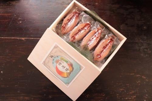 堂上蜂屋という品種を干し柿にした「堂上蜂屋柿」。美濃加茂市から届けられる冬の美味だ。