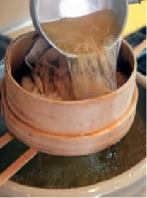 固絞りしたネルをかけた水嚢(すいのう)ざるで漉す。絞らず落ちるに任せるように