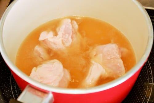鍋にだし汁・めんつゆを沸かし、1の鶏肉を鍋に入れる。ふたをし、弱火で10分煮る。