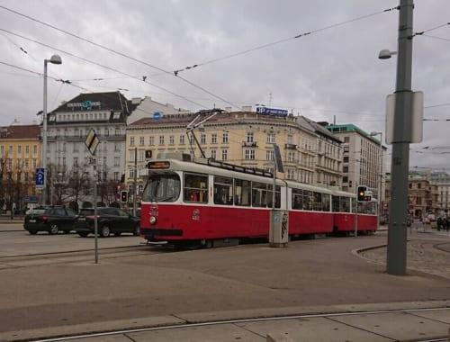 ウィーンの街並みに溶け込む旧型車両