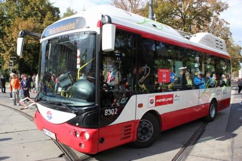 観光客の行きかう旧市街を走るバス