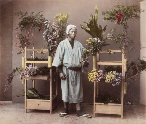 日下部金兵衛《(花売り)》 明治中期頃 鶏卵紙に手彩色 日本大学藝術学部蔵