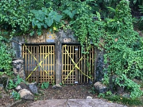 公園内にある黄色の鉄格子の上に核シェルターのマークとともに壕・空・防の3文字が残るこの場所は、1940年代前半大日本帝国軍がグアムを統治していた時代、チャモロの使役労働者たちの手によってクリフラインに沿って掘られた防空壕のひとつである