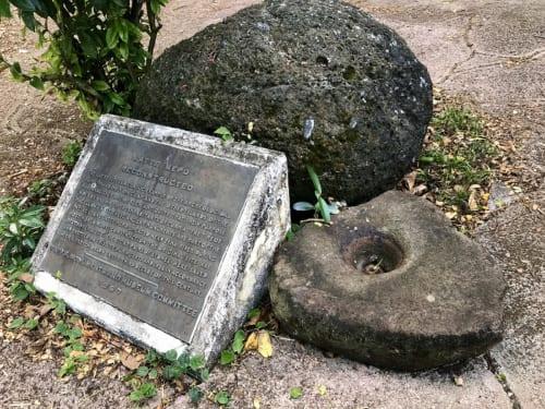 かつてチャモロ民族が使っていたルソンが公園内のラッテの案内板横にひっそりと置かれている