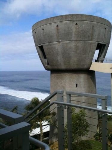 サントスが抗議を行なったアデラップ岬に建つリカルド・ボダリオ・ガバナーズ・コンプレックス、別名ラッテ・オブ・フリーダムの高さ約24メートルの展望台からは島西部のパノラマビューが堪能できる。1976年3月10日、 当時の知事ボダリオが米国建国200周年を記念してチャモロ民族の自由と誇り高き遺産を祝うため起草したもので、米国東海岸のリバティ島に立つ高さ約93メートルの自由の女神がヨーロッパをはじめ諸外国からの訪問者を迎えるように島中心部のタモン湾を見下ろす位置に高さ約60メートルの展望台が来訪者を歓迎する形で建設計画されていた。だが度重なる大型台風の襲来や資金不足により計画が大幅に変更されボダリオ元知事の没後20年目の2010年3月31日に完成した。その建設資金の一部にはグアム島内の小学生がペニー=1セント硬貨を集めて寄付した合計37,000ドルが含まれている