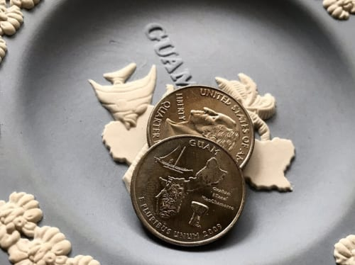 米国コロンビア特別区および米国領準州25セント硬貨プログラムの一環として米国造幣局によって2009年から1年間鋳造発行されたグアム・クォーターの裏面にもグアムのモチーフとしてラッテがデザインされている