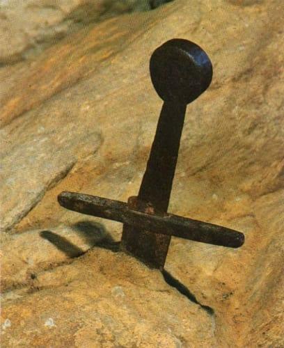 «La spada che, secondo la leggenda, San Galgano conficcò nella roccia quale segno di perpetua rinuncia a tutte le guerre.» パブリック・ドメイン via ウィキメディア・コモンズ https://it.wikipedia.org/wiki/File:Spada_dell%27Abbazia_di_San_Galgano,_1986.jpg