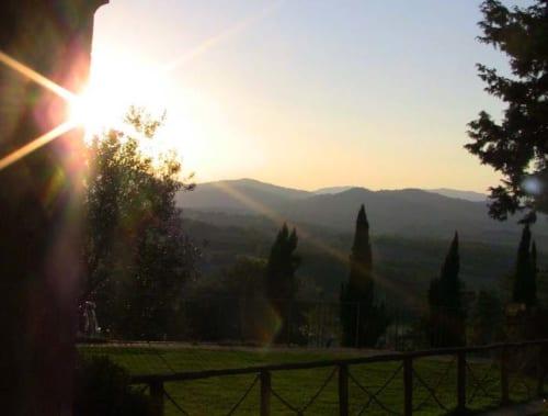 丘の向こうへと沈んでゆく夕陽