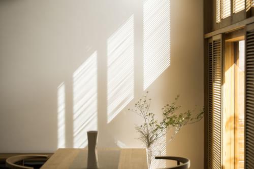 可動式の羽根板(ルーバー)付き建具を窓の室内側に装備。羽根の角度を調整することで、外部から室内に入る光や熱の量が調整でき、通風も確保できる。