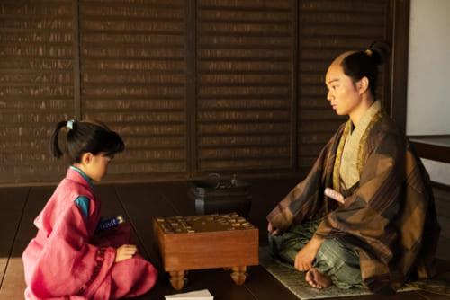信長と対局する竹千代。竹千代にとっては、親の仇なのだが。