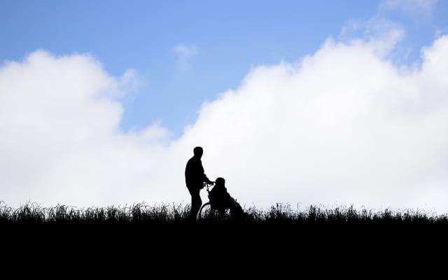 郷里に住む親の介護で自滅しないための「遠距離介護」という選択