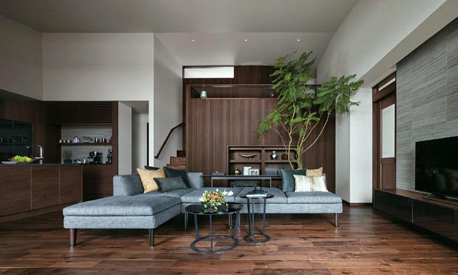 勾配天井により天井高は最高4mを実現。1階と1.5階がゆるく繋がることで、人の気配を感じながら、個室で過ごす感覚が楽しめる。