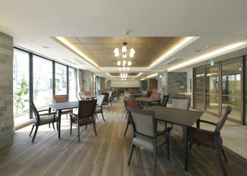 食堂は大きな窓からの日差しが気持ちいい開放的な空間。提供される料理は建物内の厨房で専属料理人が腕を振るう。