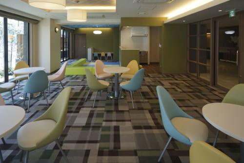 賃貸マンションを併設し、地域で利用可能な交流スペースを用意。同じフロアには専任スタッフが24時間体制で常駐。