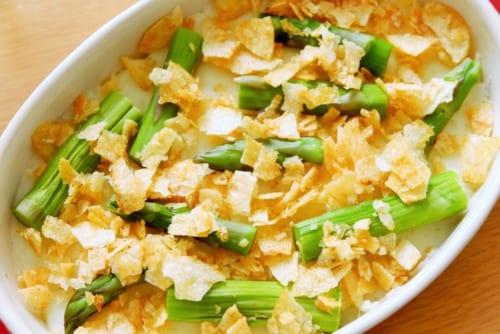グラタン皿に5を入れ、アスパラを散らし、砕いたポテトチップスを散らす。オーブントースターでこんがりと焼いたら完成