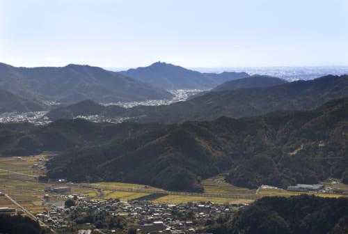 大桑城本丸跡からの眺望。約14km先の稲葉山城頂上に天守閣がある。