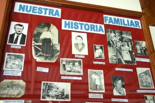 村のレストランやホテルには古い家族写真が飾られている