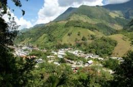 村の高台から森に囲まれたポスソを一望する