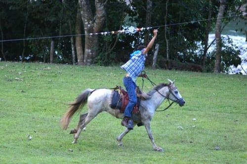 馬を走らせながら、ロ-プに巻き付けたリボンを小さな棒で素早く引き抜く「トルネオ・デ・シンタス・ア・カバ-ジョ」と呼ばれる競技も盛んだ