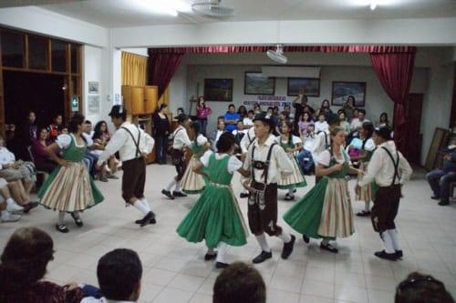 観光客にポルカを披露する村の子供たち