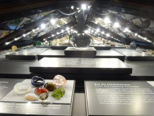 原石と宝石の展示