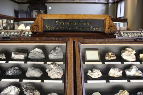 歴史を感じさせる、鉱石展示室