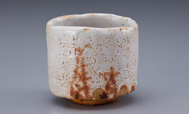 荒川豊蔵資料館蔵の志野筍絵茶碗 銘「随縁」(荒川豊蔵、1961年)。豊蔵が「再発見」した「美濃桃山陶」の陶片である「筍」と文様が共通する。