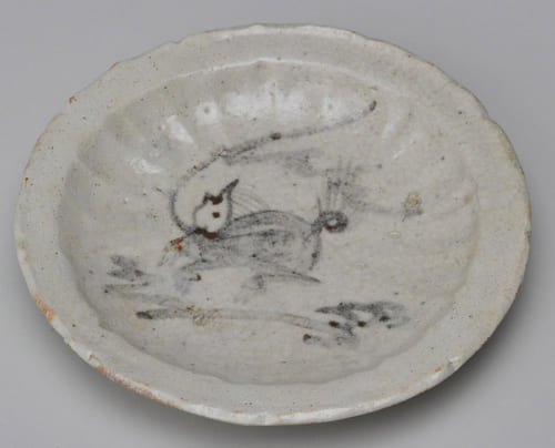 「志野麒麟図皿」(元屋敷東窯出土・桃山期)。「麒麟」の絵。筆による絵付は志野焼で始まり、表現力が発達。