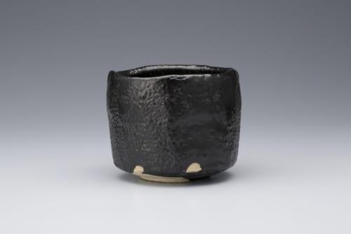 瑞浪市出身の人間国宝(重要無形文化財「瀬戸黒」保持者)加藤孝造の展示室には逸品が並ぶ。