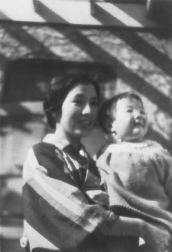 生後まもない頃、母・浦さんの腕に抱かれて。「母は7人兄弟の長女で、女学校を出て10代で父と見合い結婚しました。働き者で、ずっと私を支えてくれました」