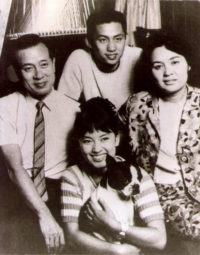16歳頃のジュディ・オングさん(手前)と家族。日本コロムビアから歌手デビューした頃だ。写真左は父の翁おきな炳じえい栄さん、右は母の和江さん、上は兄のツーモ・オングさん(1966年頃)。