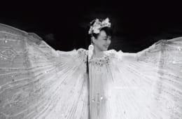 2020年1月26日。東京・丸の内で行なわれた70歳の「バースディ・ライブ」のステージで。『エーゲ海のテーマ~魅せられて』を優雅に熱唱。1979年に200万枚の大ヒットを記録、日本列島を席巻したジュディさんの代表曲だ。真っ白い衣装に透けるシルエットが美しい。