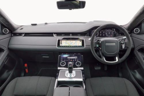 水平基調でデザインされた運転席。中央部の上下にふたつ、タッチパネル式の画面を装備している。