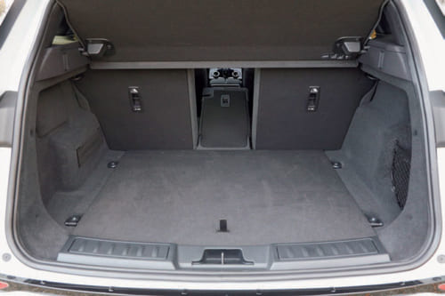 荷室は先代より広くなった。後席を倒して、荷室を広くすることができる。後席の背もたれは「4:2:4」比率の3分割式。
