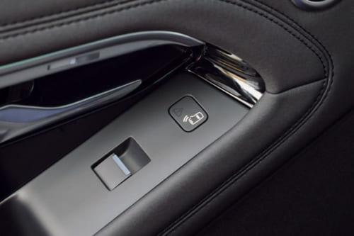 後席用のドアを開ける際、迫ってくる自転車や後続車を知らせる警告装置付き(オプション)。