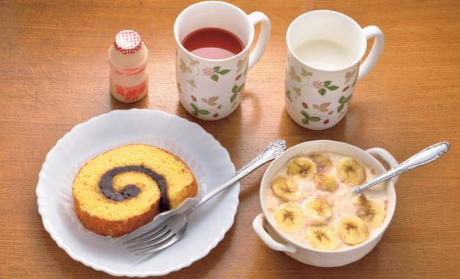 前列左から時計回りに、餡ロール、ヤクルト、トマトジュース、牛乳、ヨーグルト(皮ごとすり下ろした林檎・房を取り除いたグレープフルーツ・輪切りのバナナ)。餡ロールは東京・祖師ヶ谷大蔵の和菓子店『玉川屋』で求める。牛乳には、医者から薦められた栄養補助食品「エンシュア・リキッド」を混ぜる。