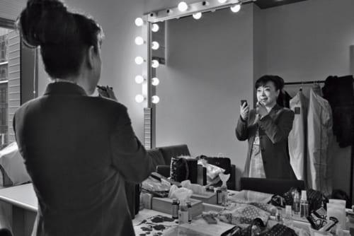 """この日のステージに立つ直前、楽屋の鏡に向かって気持ちを高めてゆく。ジュディさんは、台湾では野球の王貞治、囲碁の林海峯と並ぶ""""華僑三宝""""のひとり。1980年には、台湾の国民栄誉賞も受賞している。"""