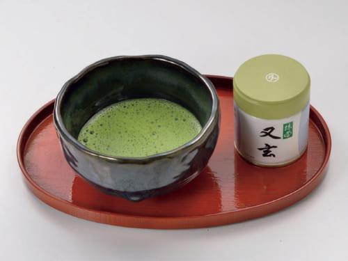 薄茶のお点前は夫人より自信があり、食後には自ら点てて楽しむ。愛飲の抹茶は京都・宇治『丸久小山園』の「又玄」。柔らかな葉のみを昔ながらの石臼で挽いた逸品だ。